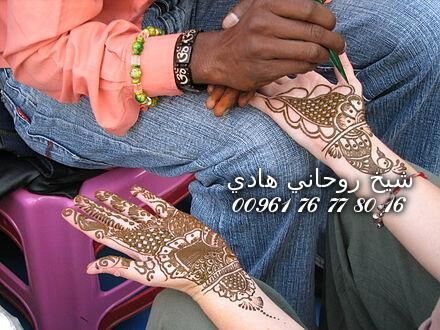 440px-A_Henna_or_Mehndi_applier,_Rishikesh